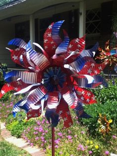 Red white and blue (from tin cans) Recycled Garden Art, Garden Crafts, Recycled Crafts, Recycled Clothing, Recycled Fashion, Garden Ideas, Tin Can Art, Soda Can Art, Tin Art