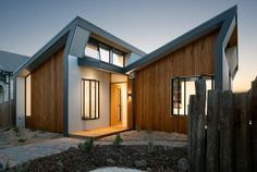 Remarkable Passive Solar Home Balances Indoor and Outdoor Spaces - Modern Architects Melbourne, Melbourne Architecture, Sustainable Architecture, Sustainable Design, Architecture Design, Indoor Outdoor Living, Outdoor Spaces, Passive Solar Homes, Homemade Generator
