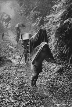 by Marc Riboud // Nepal 1956 Marc Riboud, Henri Cartier Bresson, Long Pictures, Great Pictures, White Photography, Street Photography, Old Photos, Vintage Photos, Photo Book