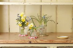 ジャムびんのふたを、びんの下に敷いてアクセントに。/身近な器でやさしい花レッスン(「はんど&はあと」2013年3月号)