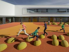 Nouvelle école primaire dans le sud de Leipzig en Allemagne par JSDW ARCHITEKTEN. La cour colorée est au centre du bâtiment. Photographie par Thomas Lewand