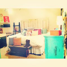 college apartment bedroom - mixing/matching colors and patterns in such a tasteful way! And love the head board!