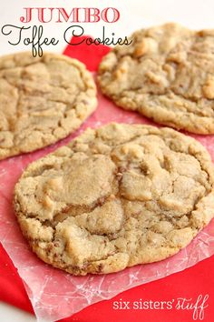 I love cookies! I love cookies even more when they are big, soft and chewy! I have finally figured out how to make large, bakery-style cookies at home and to share! Toffee Cookie Recipe, Toffee Cookies, Yummy Cookies, Yummy Treats, Giant Cookies, Sweet Treats, Salted Caramel Cookies, Turtle Cookies, Drop Cookies