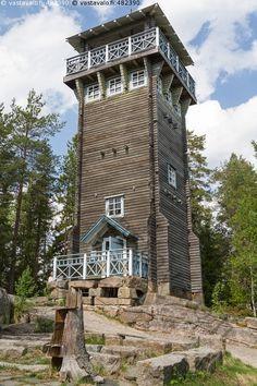 Kirkkovuoren näkötorni - torni hirsinen rakennus kivet näkötorni puut nähtävyys…