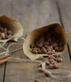 Gebrannte Mandeln kennt ihr sicher noch vom Jahrmarkt. Aber man kann sie auch ganz einfach Zuhause selber machen.