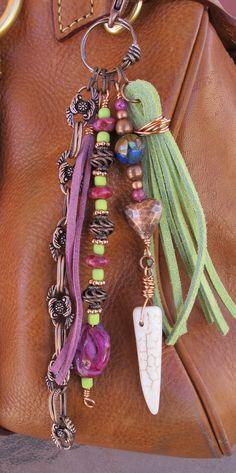 Ce charme de gland à la main peut être utilisé sur votre sac à main, sac à dos, fermeture éclair, partout où vous souhaitez ajouter un charme ! Il est composé de chaîne cuivre vieilli, une pointe de blanc howlite osseuse et différents types de malachite de perles - cuivre, crazy lace rose agate, bleu lapis, perles de verre. Les glands de daim sont lavande pourpre et vert dans la couleur de la chaux. Cest environ 6,5 de long.