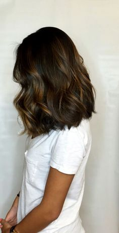 Balayage is the most popular hairstyle at present. In addition to ombre hairstyles or Brazilian hairstyles, balayage hairstyles dominate the dominant hairstyle trend. So what are balayage hairstyles and why are they so popular? When you get a balaya Brunette Hair Cuts, Brunette Bob, Balayage Brunette, Hair Color Balayage, Brunette Hairstyles, Long Bob Balayage, Long Bob Bayalage Brown, Brown Hair With Caramel Highlights Medium, Balyage Bob