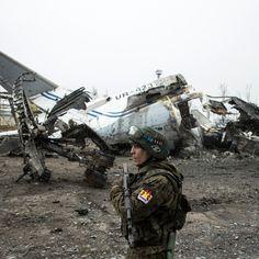 Un separatista filorusso vicino a un aereo distrutto durante gli scontri con l'esercito ucraino, a #Donetsk, nell'est del paese