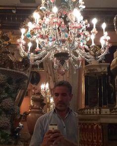 Miguel Crespo nos visitó el julio y se fotografió junto a la espectacular araña de Murano de las Galerías de la Planta Principal del Museo.