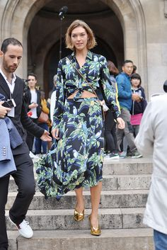 American model Arizona Muse exiting Stella McCartney show during Paris Fashion Week. Arizona is wearing an asymmetric parrot printed top and skirt from Stella McCartney's 2018 Resort collection. I love how light this silk skirt falls, and the . Street Style Blog, Street Style Looks, Belle Epoque, Fashion Photo, Girl Fashion, Barcelona, Arizona Muse, Dress Up, Shirt Dress