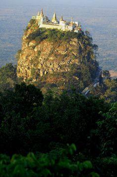 Пять самых недоступных монастырей мира   Монастырь Таунг Калат расположен в Бирме, посреди Национального парка на вершине спящего вулкана (737 метров над уровнем моря). Для того, чтобы подняться к монастырю, понадобится преодолеть 777 ступенек. Считается, что именно на этой вершине живут самые сильные из 37-ми натов (духов), почитаемых практически наравне с Буддой.