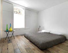Pequeños detalles en la habitación: enchufes ocultos bajo la duela de madera y postigos de líneas muy contemporáneas que contrastan con las ventanas victorianas.