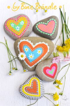 Herz-Steine <3 bunt mit Acrylstiften bemalt. Süßes, selbst gemachtes Geschenk zum Valentinstag oder Muttertag, als Deko für die Wohnung oder im Garten.