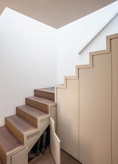 Treppenhaus ohne Geländer mit eingebautem Stauraum