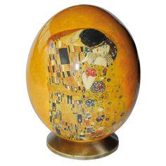 Oeuf de collection - Oeuf d'autruche : Klimt, H. 16 cm. L'une des plus célèbres peintures de Gustav Klimt, Le Baiser, orne cet oeuf d'autruche avec, au dos, L'Arbre de vie. Très beau travail artisanal pour la Boutique des Musées du Monde.