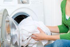 Efter nogle år kan vaskemaskinen få en sur og muggen lugt. Måske vasker maskinen heller ikke optimalt længere, men det er der heldigvis råd for.