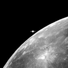 Imagem da Lua prestes a ocultar Saturno obtida em 1997 por telescópio da Universidade Estadual de Ohio