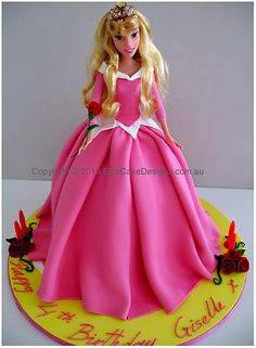 This Sleeping Beauty cake would make any girl's day special! Its nearly my bday!! :)