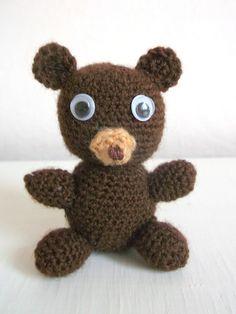 Pane+pojďte+si+hrát......+Malý+medvídek+vám+bude+dělat+společnost+při+práci+na+počítači+a+nebo+Vás+bude+hlídat+při+usínání+z+nočního+stolku.+Bude+taky+rád,+když+ho+darujete.+Malý+medvídek+je+vysoký+6+cm. Book Markers, Crochet Bear, Teddy Bear, Dolls, Handmade, Animals, Baby Dolls, Hand Made, Animales