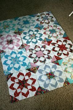 Quilt More Fireworks Blocks (Hopeful Homemaker) 45 Beginner Quilt Patterns and Tutorials Fireworks Quilt - Part 1 Basting without kneeling Disappearing 4 Star Quilt Blocks, Star Quilt Patterns, Star Quilts, Scrappy Quilts, Block Quilt, Colchas Quilting, Quilting Projects, Quilting Designs, Quilting Ideas