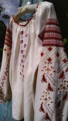 Folk Fashion, Ethnic Fashion, Fashion Art, Womens Fashion, Folk Embroidery, Embroidery Patterns, Modern Embroidery, Embroidery Techniques, World Cultures