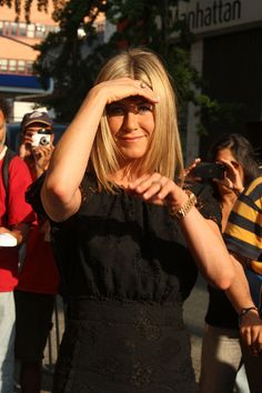Jennifer Aniston shows off her engagement ring?