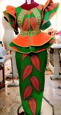 ankara mode Every week we are updating this page with the latest Ankara styles available. Latest African Fashion Dresses, African Dresses For Women, African Print Dresses, African Print Fashion, African Attire, Ankara Rock, African Fashion Traditional, Ankara Stil, African Lace Styles