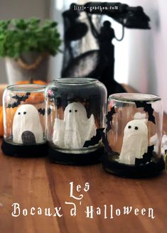 [Tuto] Halloween ornament from upcycled glass jars Find out how to make Halloween jars in upcycled jam jars Diy Deco Halloween, Deco Haloween, Halloween Window Decorations, Halloween Mason Jars, Halloween Appetizers, Easy Halloween Crafts, Halloween Dinner, Halloween Ornaments, Halloween Home Decor