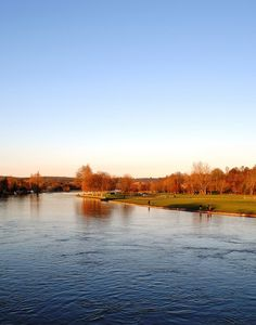 The River Thames flowing through Henley on Thames, UK. Places To Travel, Places To Visit, Henley On Thames, River Thames, Countryside, England, London, Water, Outdoor