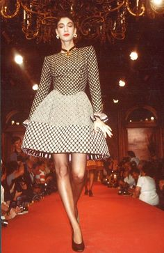 These extraordinary photos that show the unique designs of famous fashion designer Christian Lacroix from the Fall-Winter 1987 Haute Coutur. Retro Fashion 80s, High Fashion, Fashion Show, Vintage Fashion, Womens Fashion, Christian Lacroix, Short Gowns, Timeless Fashion, Amazing Women