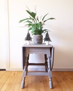 Chalkpainted furniture, peace lily, christmas, christmas trees