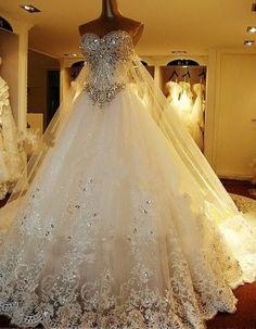 Vestido de novia confeccionado con tules y encajes bordados e incrustaciones de cristales.