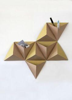 Triangles goes origami. Diy Wand, Origami Paper, Diy Paper, Oragami, Mur Diy, Origami Lampshade, Papier Diy, Ideias Diy, Cardboard Furniture