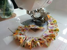 Dica: Como franzir de forma simples e rápido Sewing Tools, Sewing Hacks, Sewing Tutorials, Sewing Projects, Sewing Patterns, Projects To Try, Viking Sewing Machine, E Craft, Quilting For Beginners