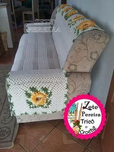 Fotos e Modelos de Capa de Sofá de Crochê Com Flores Mario Crochet, Crochet Pig, Sofa Covers, Cover Design, Diy And Crafts, Toddler Bed, Armchair, Blanket, Knitting