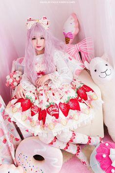 I love strawberry dresses! Harajuku Fashion, Kawaii Fashion, Lolita Fashion, Cute Fashion, Asian Fashion, Japonese Girl, Ulzzang, Estilo Lolita, Lolita Cosplay