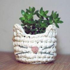 Cachepô feito com amor em crochê, em fio de malha. Inspirado na gatinha Nuvem . Código: 16798086