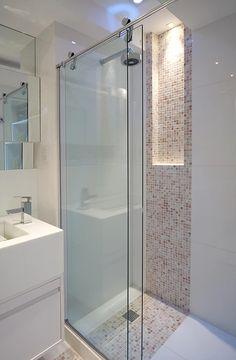 Banheiro com pastilhas em preto e branco. Os detalhes da iluminação fazem toda a diferença.