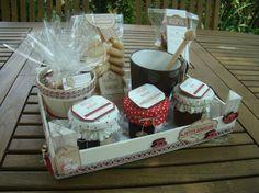A l'occasion du départ de ma collègue de travail, j'ai pris beaucoup de plaisir à lui confectionner un cadeau gourmand. Tout d'abord j'ai repris l'idée de Mery en recopiant exactement sa boîte à thé qui m'avait séduite à Version scrap.Ensuite je me suis... Cheese Baskets, Diy Cadeau Noel, Homemade Gifts, Something To Do, Version Scrap, Blog, Gift Wrapping, Packaging, Table Decorations