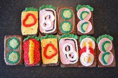 Hæklet legemad og andet til legekøkkenet Crochet Cake, Crochet Food, Cute Crochet, Crochet For Kids, Play Shop, Diy Toys, Crochet Flowers, Crochet Patterns, Knitting