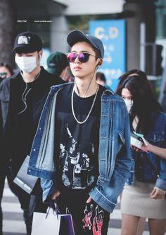 HanBin's airport fashion - I really like HanBin dress in that kind of outfits! Kim Hanbin Ikon, Chanwoo Ikon, Yg Ikon, Ikon Kpop, Ringa Linga, Korean Fashion, Mens Fashion, Hip Hop And R&b, Airport Style