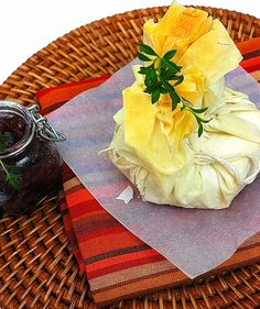 Phyllo Baked Camembert with Red wine and Onion Jam. Share Camembert is one of the most famous French Cheeses and it is definitely my favorite cheese. Milk Recipes, Cheese Recipes, New Recipes, Best Vegetarian Dishes, Easy Cooking, Cooking Recipes, Pasta Filo, Baked Camembert, Onion Jam