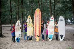 Atleta local ensina jovens que trabalham na praia para sustentar a família.