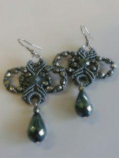 orecchini con mezzi cristalli e nodi in macrame'