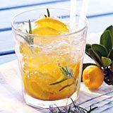 Geistesblitz  Zutaten für 2 Caipirinha-Gläser  1 ungespritzte Orange 2 TL brauner Zucker 1 Rosmarinzweig zerstoßenes Eis 400 ml magnesiumhaltiges Mineralwasser