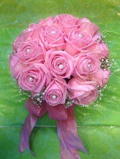 Morsiuskimppu ruususta, harsokukasta ja helmistä.