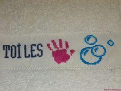 Serviette d'invité. Mains - Bulles de savon. Broderie mains.  - point de croix - cross stitch - broderie - embroidery -. Blog : http://broderiemimie44.canalblog.com/