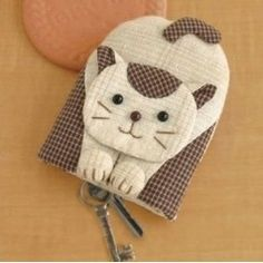 Crochet ideas that you'll love Cat Crafts, Sewing Crafts, Diy And Crafts, Sewing Projects, Patchwork Patterns, Patchwork Bags, Sewing Patterns, Japanese Patchwork, Key Covers