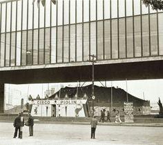Circo Piolim sob o MASP - Museu de Arte de São Paulo na avenida Paulista.