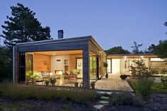 Fachada de casa em madeira com painéis de vidro
